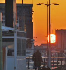 la puesta entre edificios y farolas (nautico Vigo )
