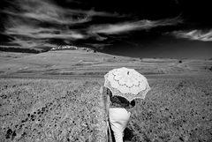 La signora con l'ombrellino bianco