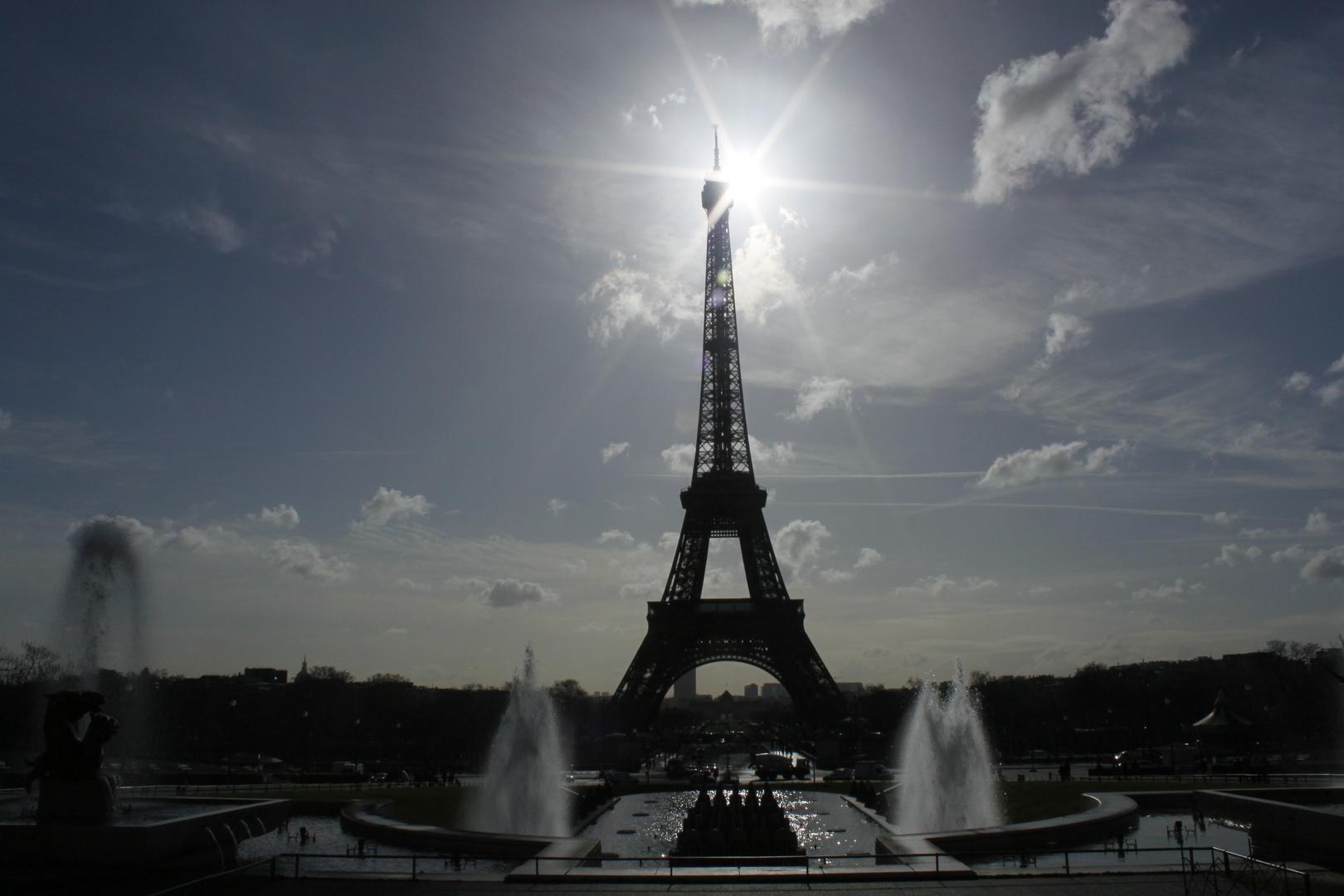 """La Tour Eiffel """"contre la lumiére"""""""