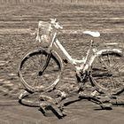 La vecchia bicicletta nella sabbia