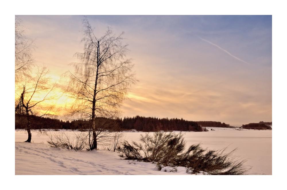 Lac gelé sous le soleil couchant