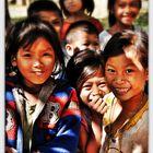 Lachende Kinder am Ufer des Hin Boun Rivers in der Khammouan Provinz