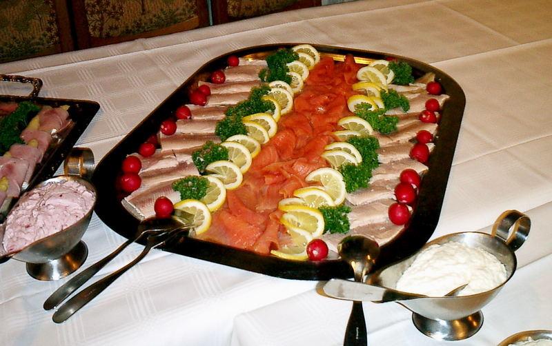 Lachs-Forellenfilet platte mit Preiselbeersahne und Sahnemeerrettich