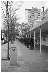 Ladenpassage mit Säulenbriefkasten