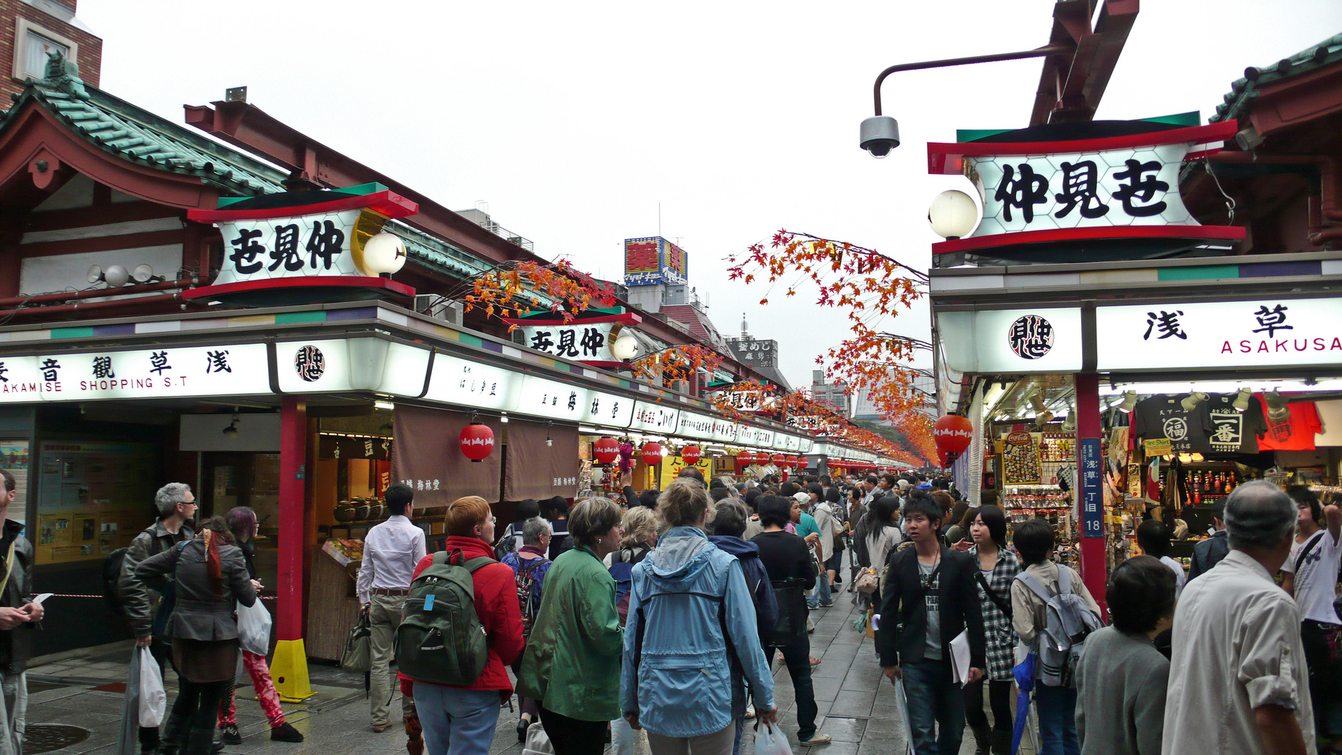 Ladenzeile im Kannon-Tempel in Tokyos Stadtteil Asakusa
