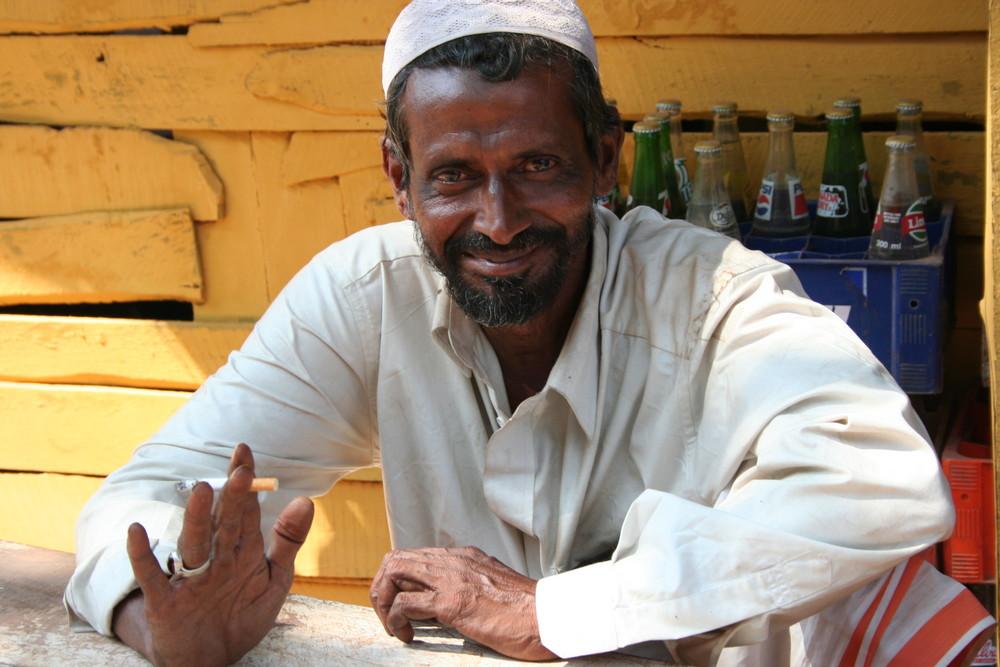 laechelnder Mann in Kerala, Indien