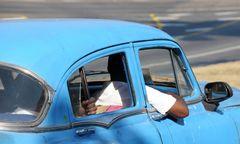 Lässig im alten Wagen
