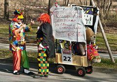 Lagebesprechung zweier Clowns beim Faschingsumzug in Graz!