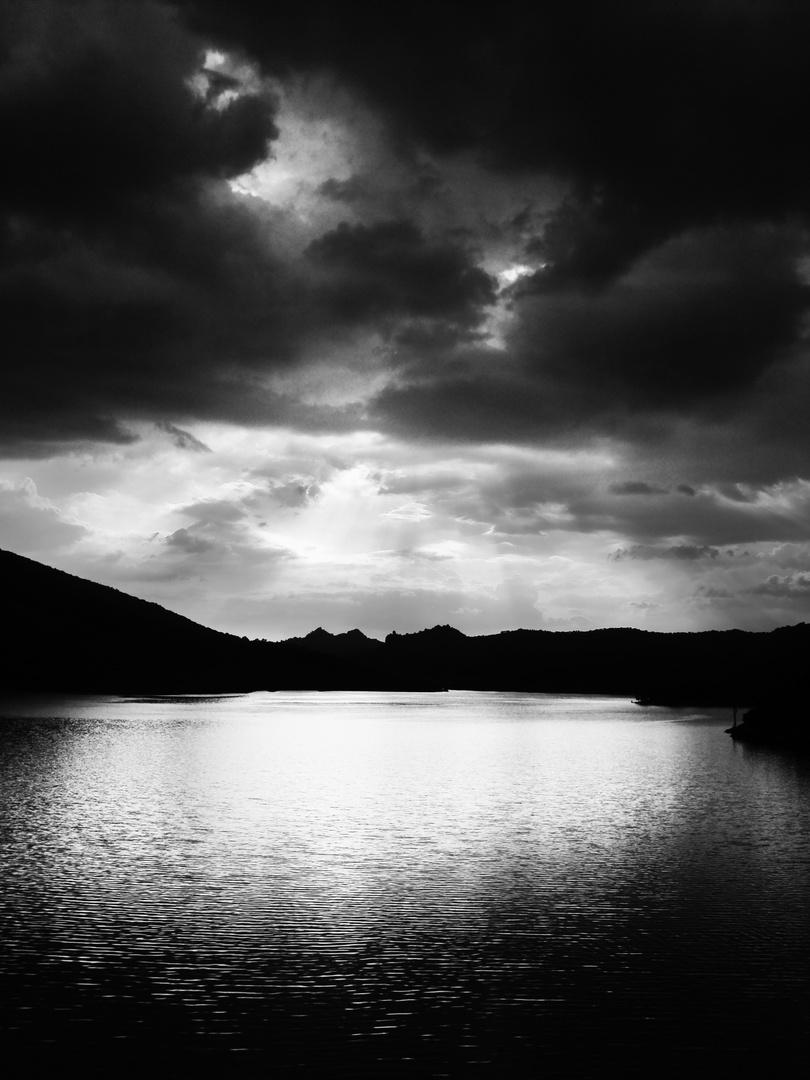 Lago con temporale imminente