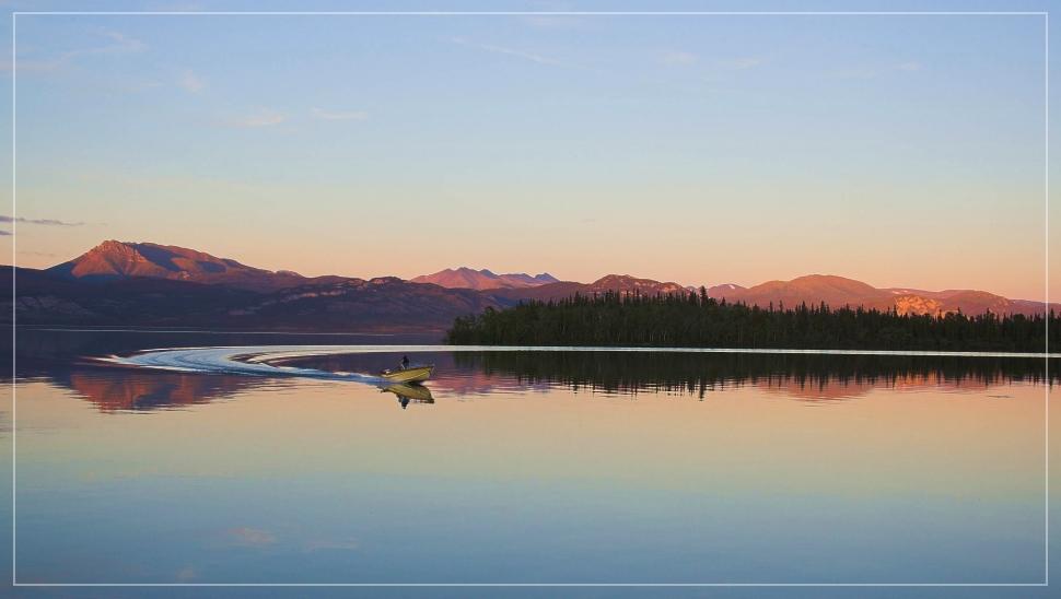Lake Laberge in der Abendsonne