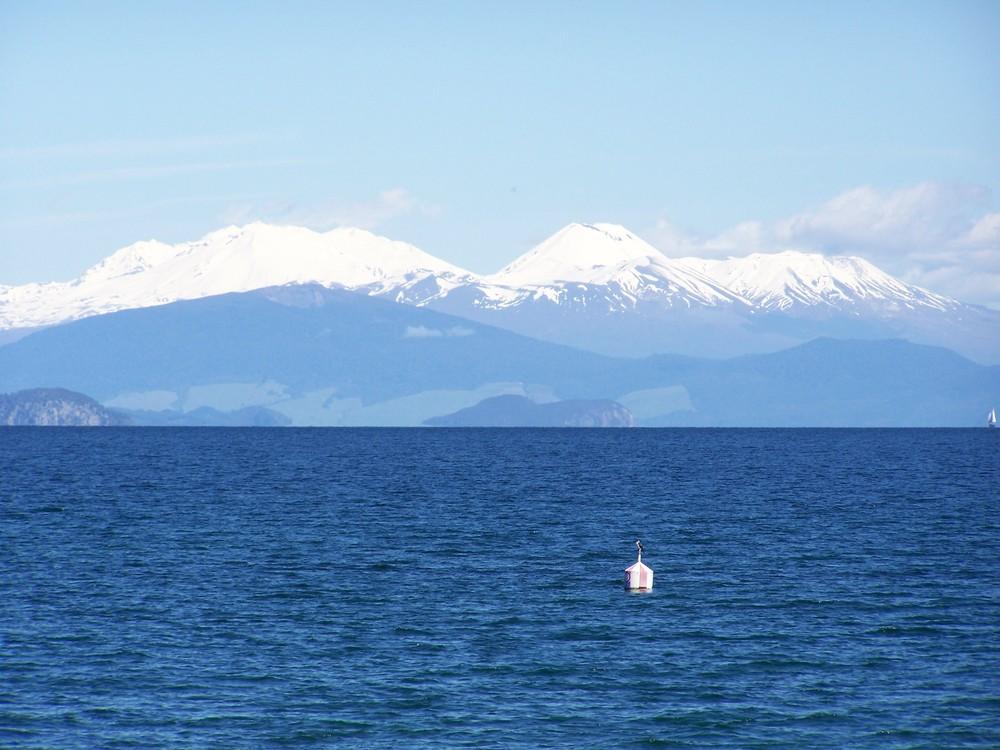 Lake Taupo mit den Vulkanen Tongariro (1968 m), Ngauruhoe (2291 m) und Ruapehu (2797 m)