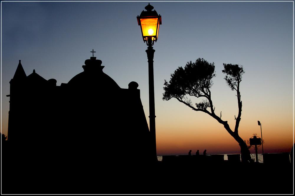 L'albero, la chiesa e il lampione