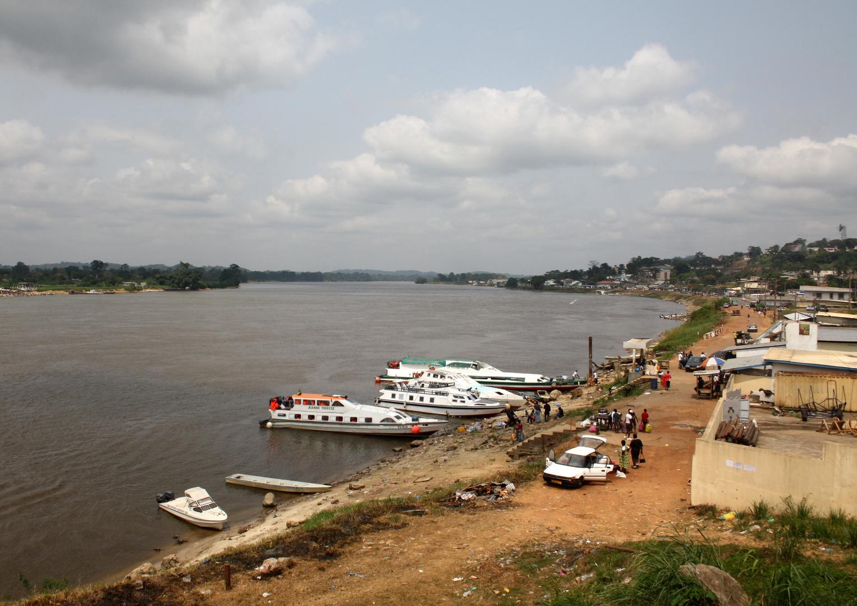 Lambarene_Boote im Fluss