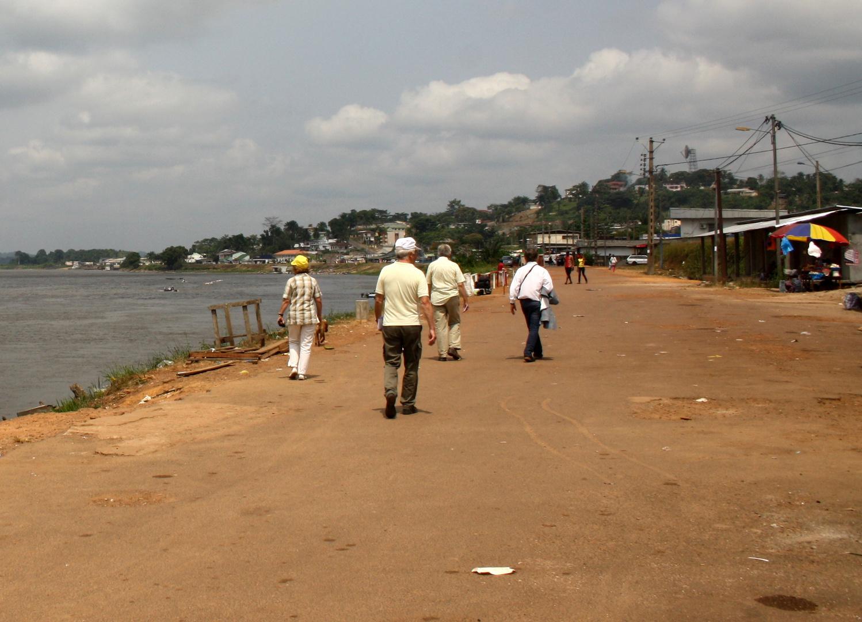 Lambarene_Spaziergang am Fluss