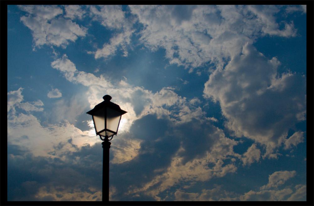 Lampione e nuvole