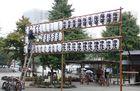 Lampions werden im Tempel aufgehängt