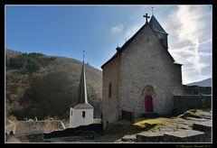 L'ancienne chapelle des ruines salue le nouveau clocher