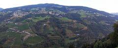 Landschaft am Berg in Südtirol in Italien nach der Abfahrt Richtung Grödnertal in Klausen...