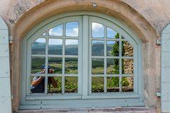 Landschaft im Fensterspiegel