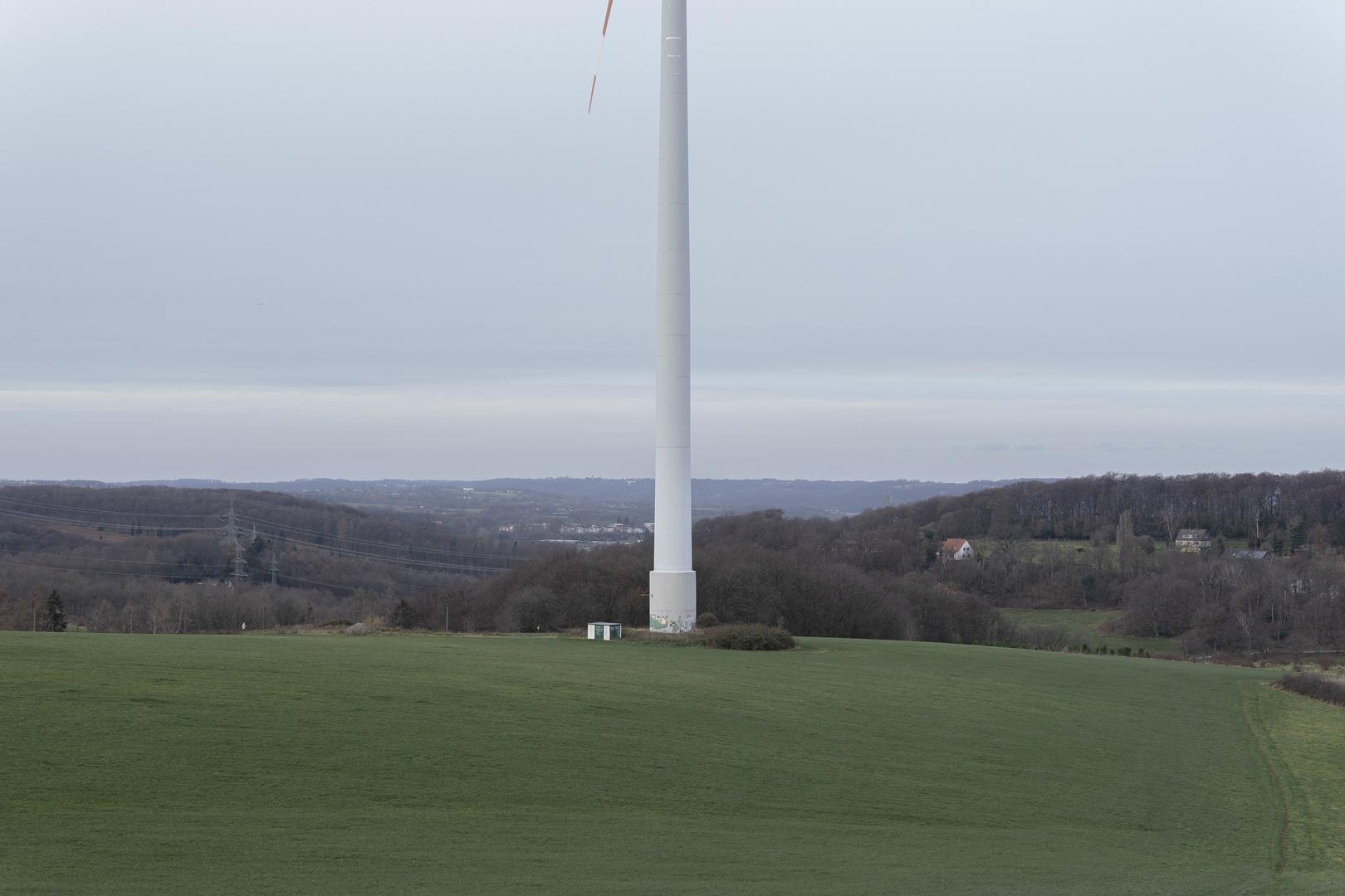 Landschaft mit Windkraftanlage