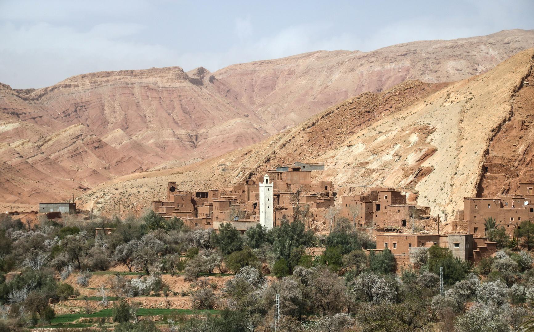 Landschaft weisser Turm maroc