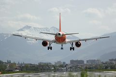 Landung am Airport Innsbruck - INN Lowi - am  26 4 2019