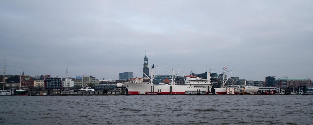 Landungsbrücken Hamburgs vom Hafen aus