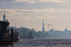 Landungsbrücken im Morgenlicht