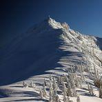 Lange Schattenzüge kriechen über den Berg