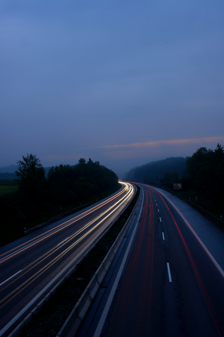 Langzeitbelichtung einer befahrenen Straße