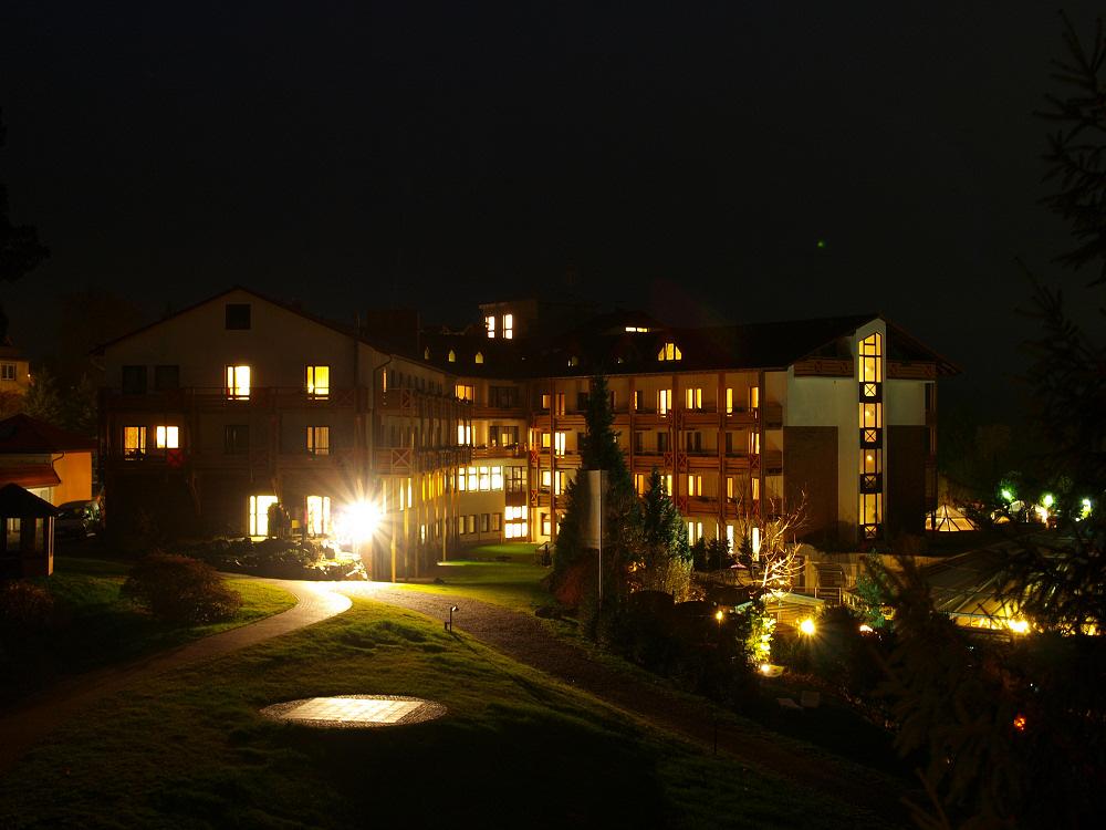 Langzeitbelichtung Kirchbergklinik bei Nacht