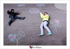 Lara und Leon spielen Ball