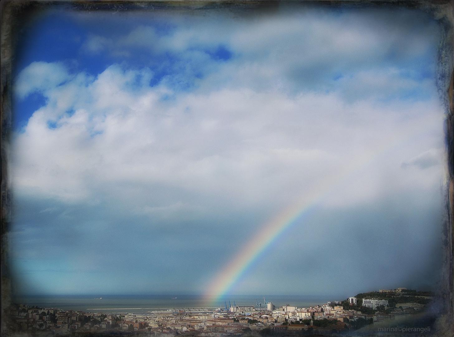 L'arcobaleno e la città