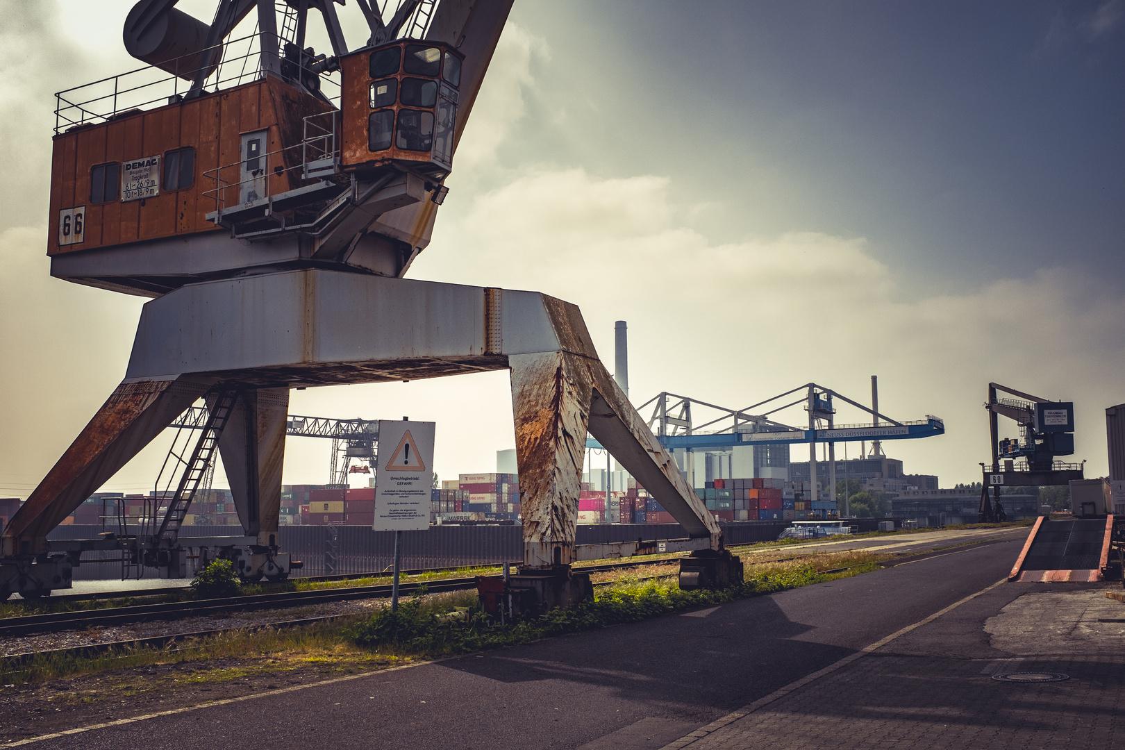 Lastenkran im Handelshafen in Düsseldorf