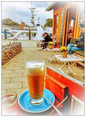 Latte Macchiato im Strandkorb