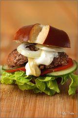 Laugensemmel mit Burger vom Murnau Werdenfelser Rind