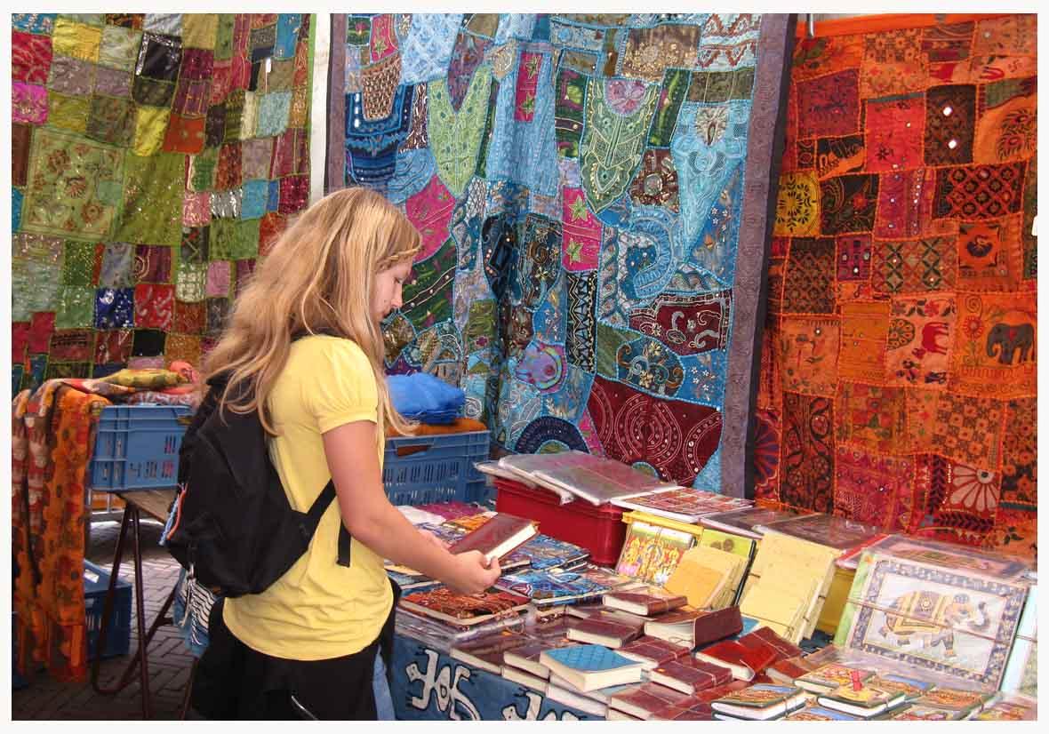 Laura am Flohmarkt am Waterlooplein