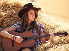 Laura mit Gitarre