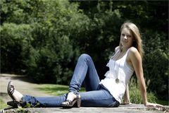 Laura sitzt