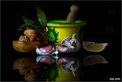 Laurel, ajos, limón, nueces y dátiles
