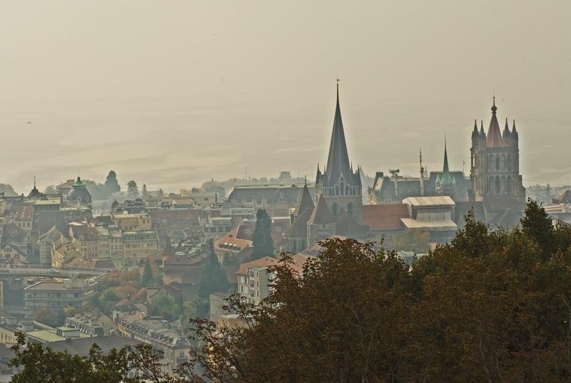 Lausanne dans la brume automnale
