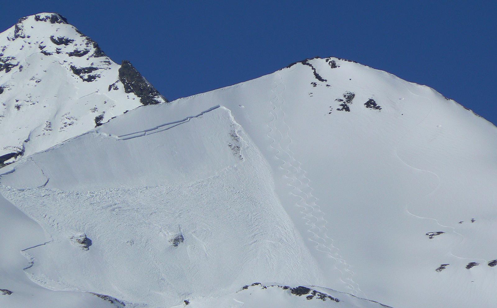 Lawinenhang mit Schneebrettlawine im Skigebiet