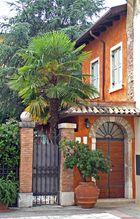 Lazise, Wohnhaus, warme Farben