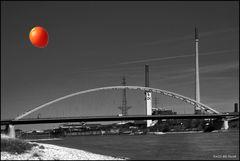Le ballon orange in Duisburg - Brücke der Solidarität