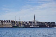 Le Bélem et l'Alexander Von Humbolt II dans le port de St Malo .....