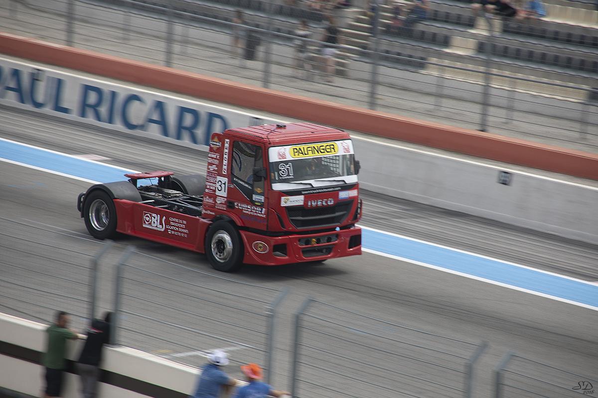 Le camion rouge .