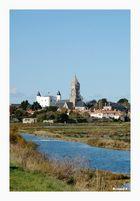 Le chateau et l'église de Noirmoutier vus des marais