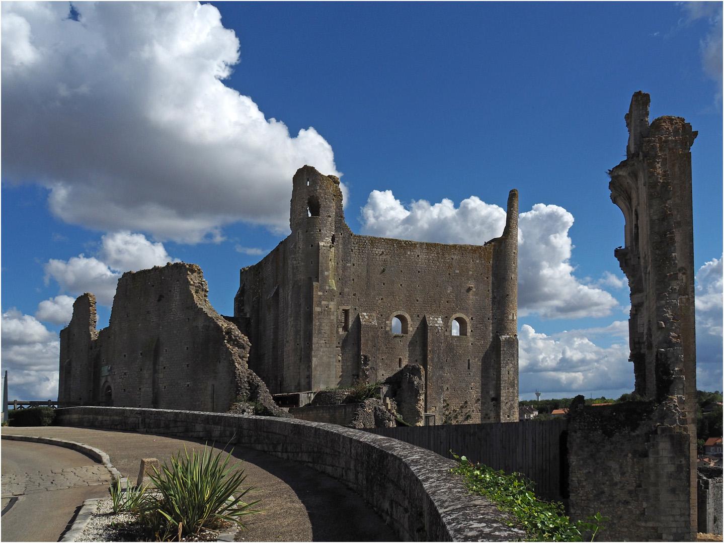Le Château Baronnial  --  Chauvigny *