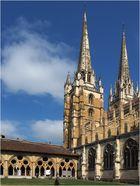 Le Cloître et les tours de la cathédrale Sainte-Marie