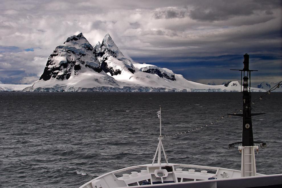 Le Diamant faisant route vers Port Lockroy, péninsule Antarctique